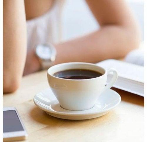 Para poder blanquear los dientes debes evitar tomar café