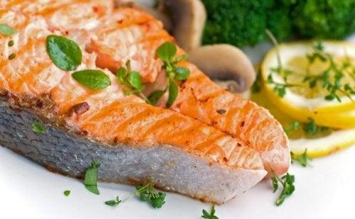 Receta de salmón al horno con patatas y verduras