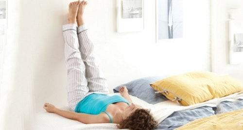 Mujer con las piernas elevadas para aliviar los tobillos hinchados