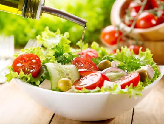 Ensalada con aceite de oliva extra virgen.