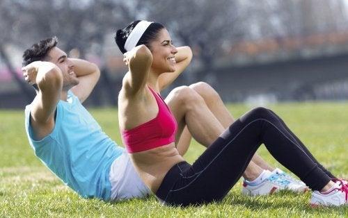 Pareja haciendo ejercicio al aire libre