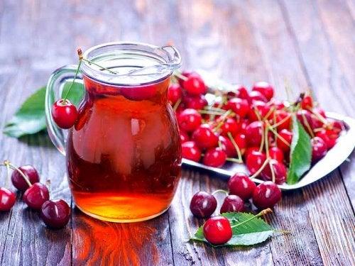 Cerezas y jugo de cerezas
