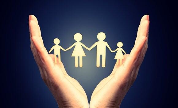 manos-conteniendo-familia