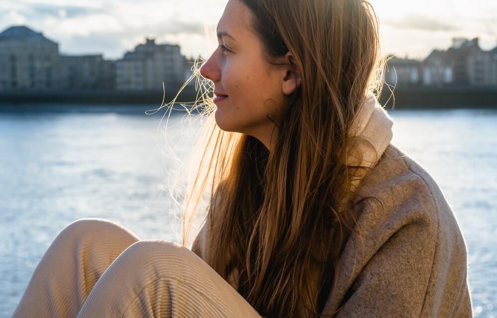 Mujer pensando mirando al mar.