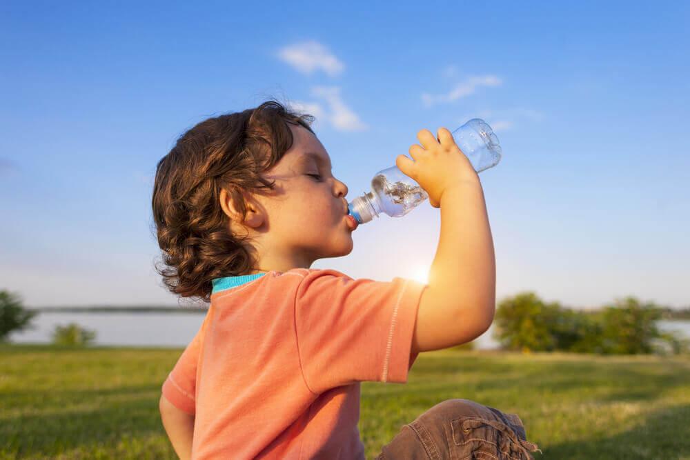 Niño bebiendo agua.