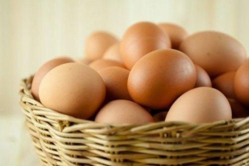 huevos-en-una-cesta-de-mimbre