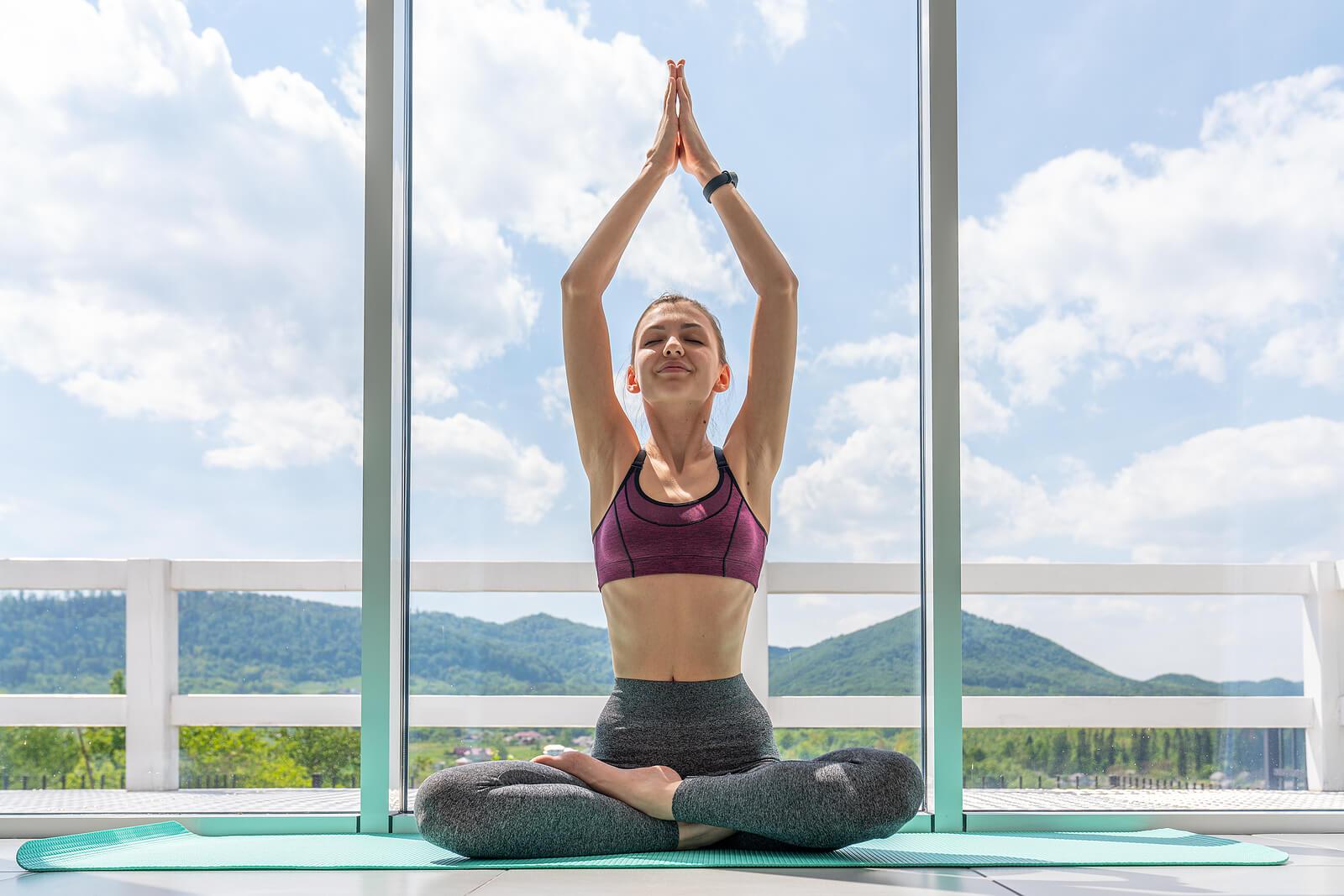 4 posturas de yoga para cuidar la salud de tu pelvis