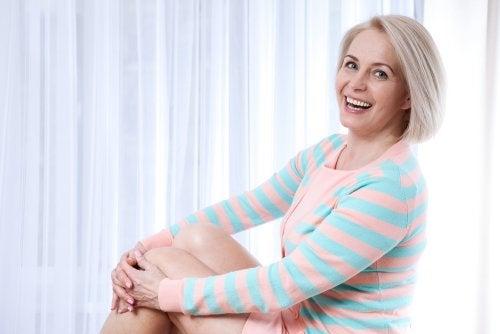 Mujer de edad avanzada sonriendo