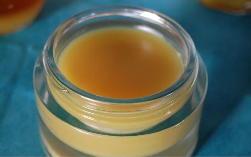 Desmaquillante de cera de abejas y aceite de almendra