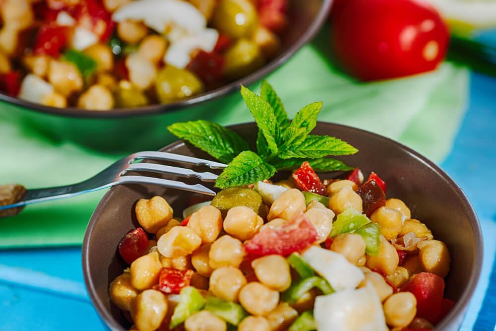 Las ensaladas frías son una buena opción para comer legumbres en verano.