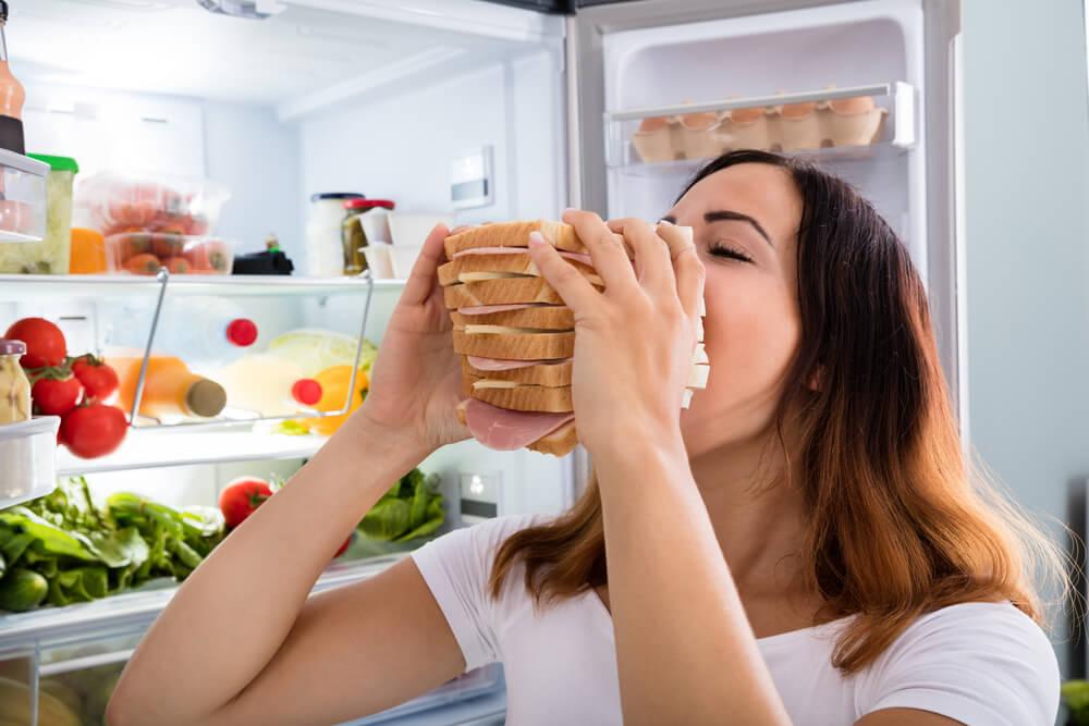 Femme qui mange un sandwich.