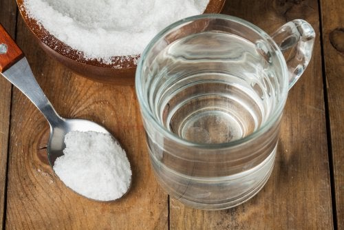 Gárgaras de bicarbonato y agua para el dolor de garganta