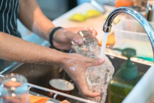 Lavar correctamente los vasos y los cuchillos