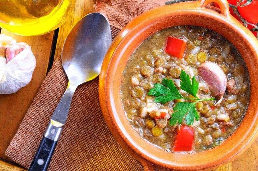 Sopa de lentejas, kale y camote