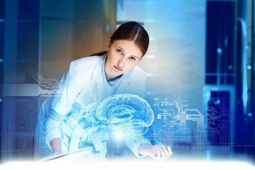 Científica observando una imagen del cerebro