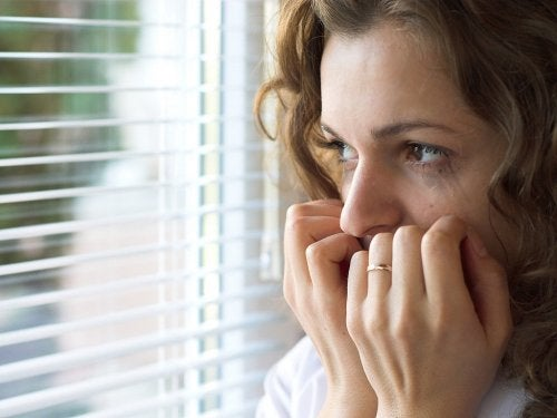 mujer representando cómo ayudar a alguien con ansiedad