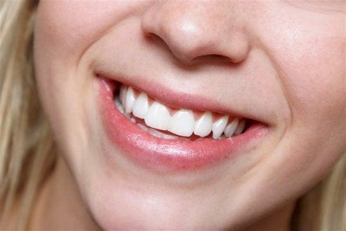 Mujer con una sonrisa blanca.
