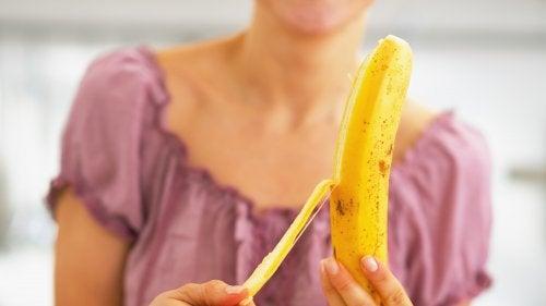 Mujer pelando un plátano