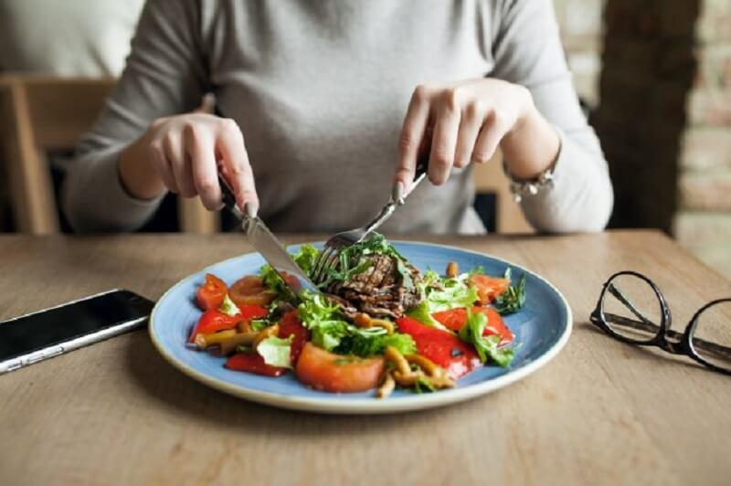 mujer que come alimentos saludables