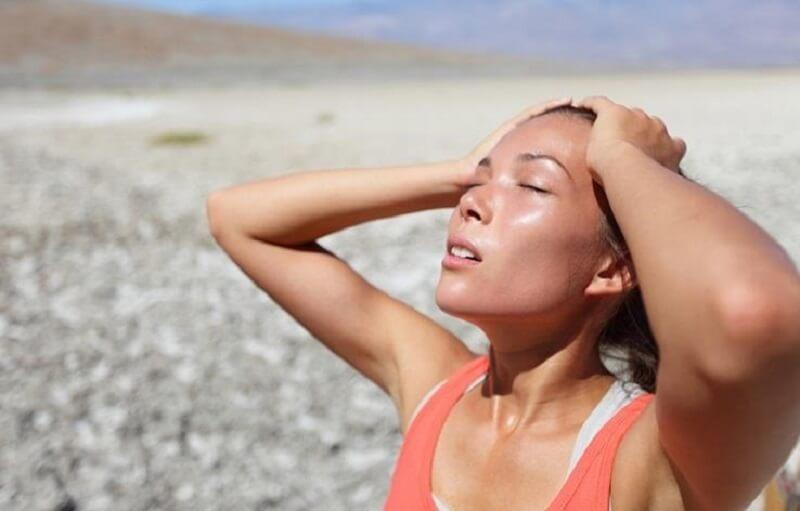 Mujer deshidratándose.