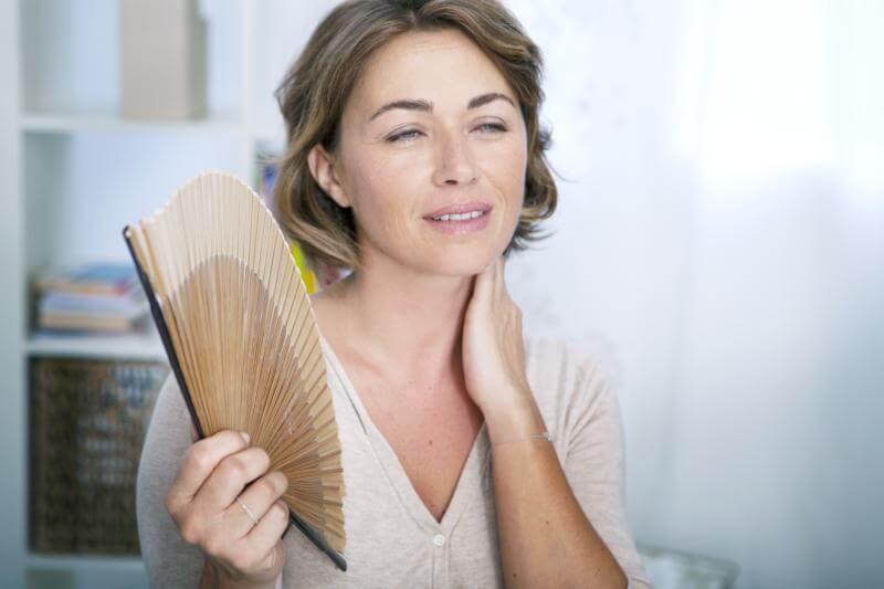 Mujer con sofocos de menopausia