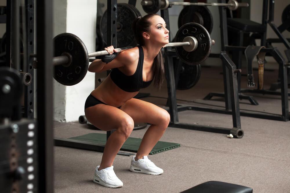 Mujer levantando pesas para aumentar la masa muscular