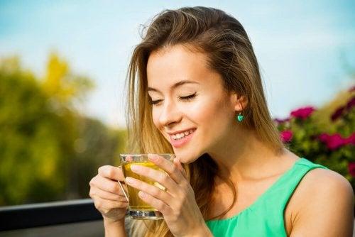 Mujer tomando un té