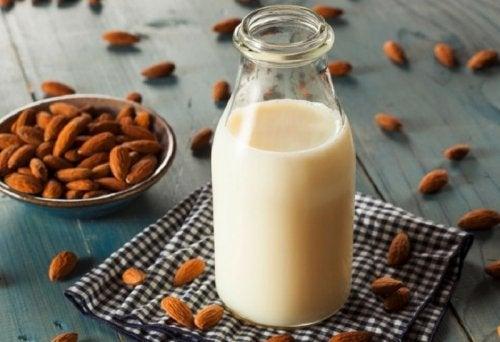 leche-de-almendras-preparada-en-el-exprimidor-de-jugos