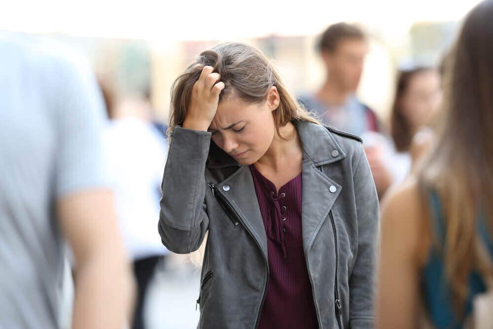 Mujer estresada en la multitud.