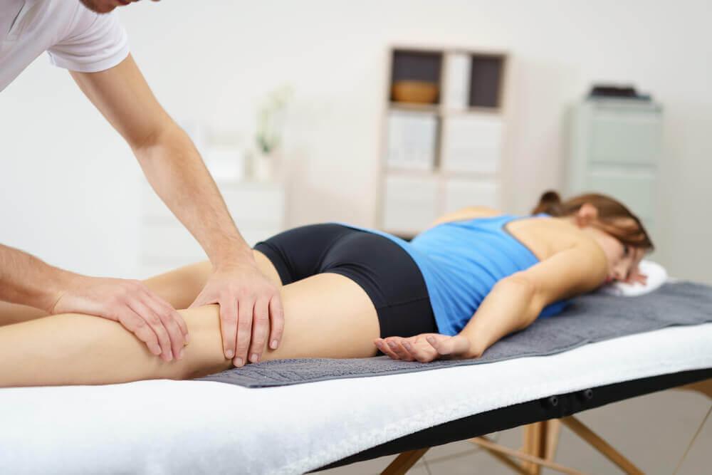 Mujer en el fisioterapeuta.