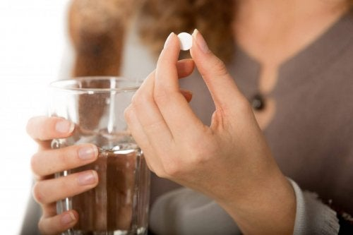 Mujer con una pastilla en la mano