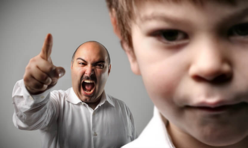 Padre gritándole a su hijo
