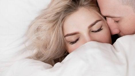 Para satisfacer a una mujer en la cama hay que olvidarse de presionarla.