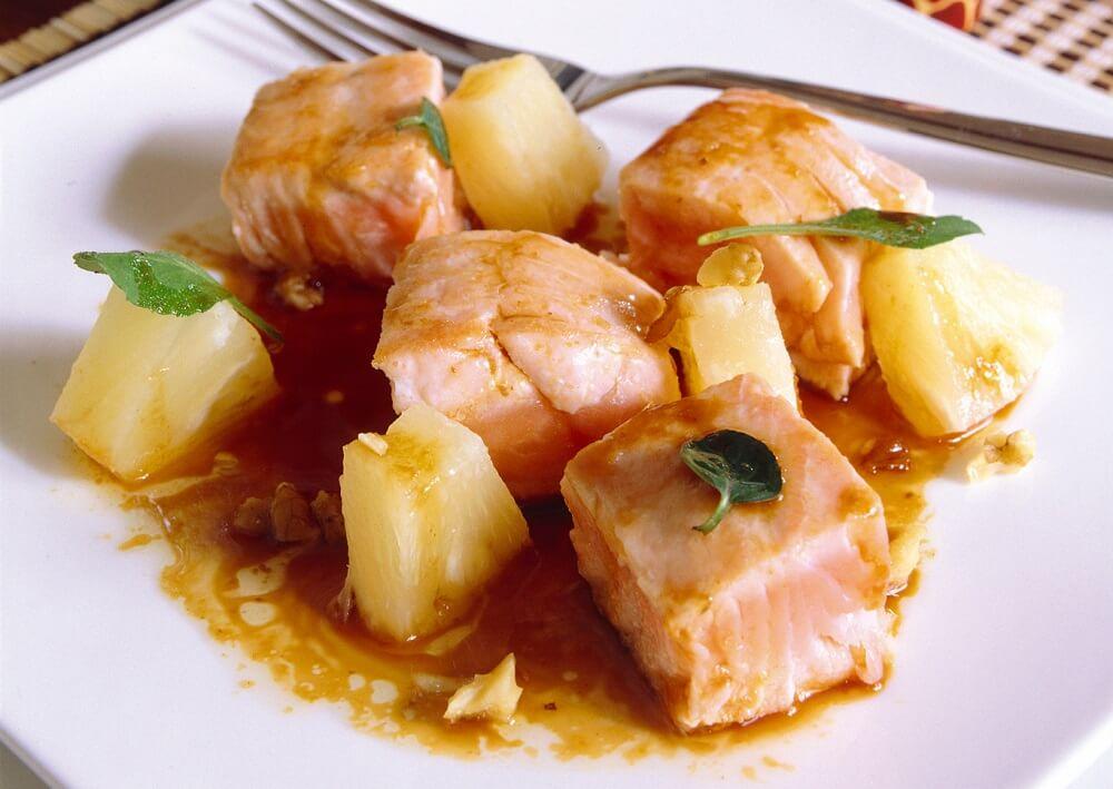 Plato con salmón al horno y piña.