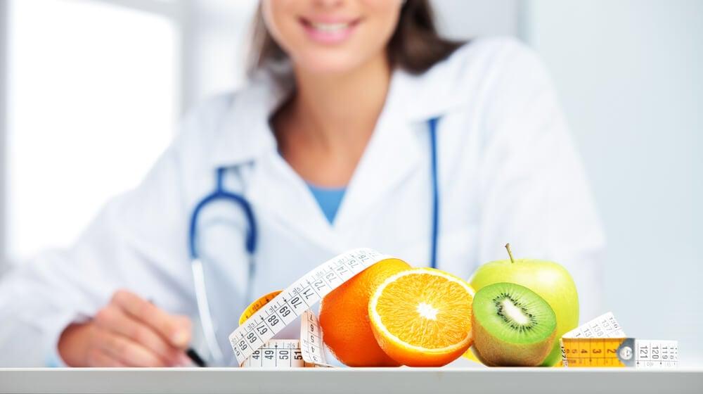 Doctora recomendando alimentos que combaten la fatiga crónica