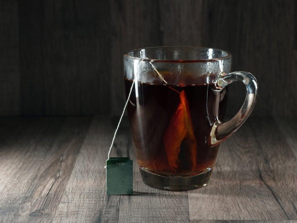 Taza de té negro para usar como antihipertensivo.