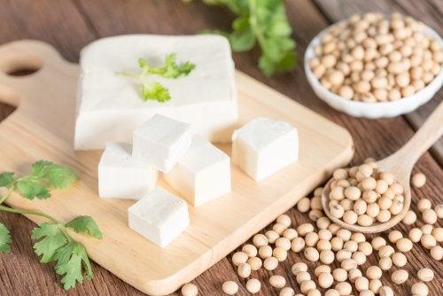 Tofu y granos de soja