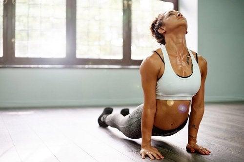 Practicando yoga se reafirman los músculos
