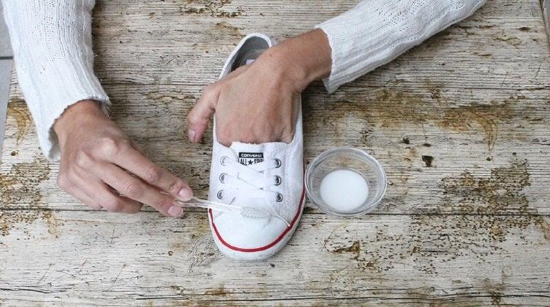 El bicarbonato sirve para limpiar los zapatos.