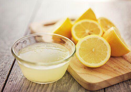 Zumo de limón para deshacerse de las manchas de tinte
