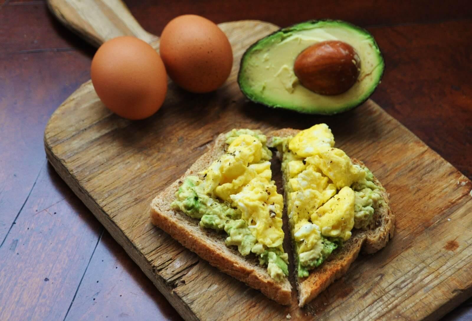 Sandwich-de-aguacate-con-huevo