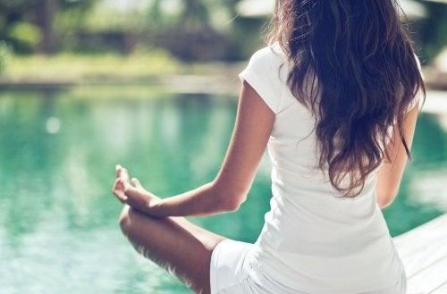 ¿Qué debes tener en cuenta cuando vas a practicar yoga?