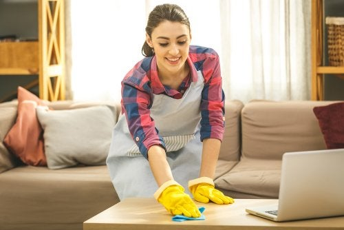 Mujer limpiando la casa: el exceso de higiene y la resistencia a antibióticos