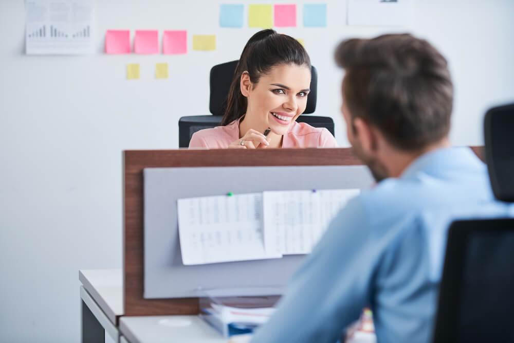 5 cosas que debes preguntarte antes de salir con un compañero de trabajo