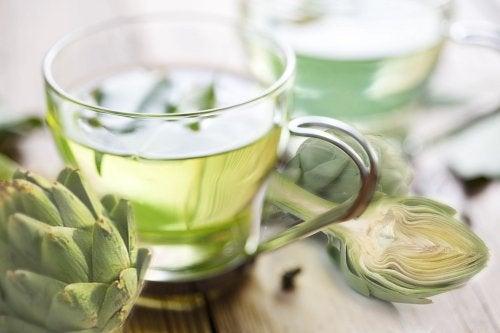 El agua de alcachofas tiene un potente efecto diurético.