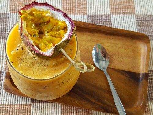 Batido nutritivo y saludable de plátano, almendra y maracuyá