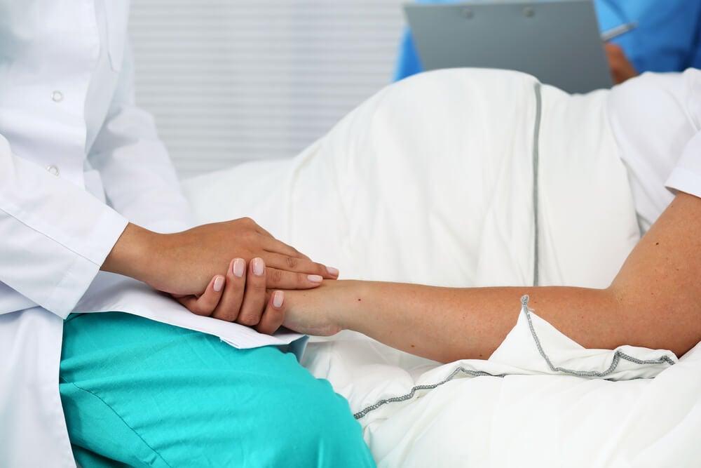 Médico explinado os riscos de uma cesariana