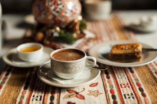 Café con aceite de coco, canela y miel