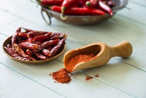 La pimienta cayena es una especia con propiedades antiinflamatorias y analgésicas muy beneficiosas a la hora de tratar el dolor de talón.