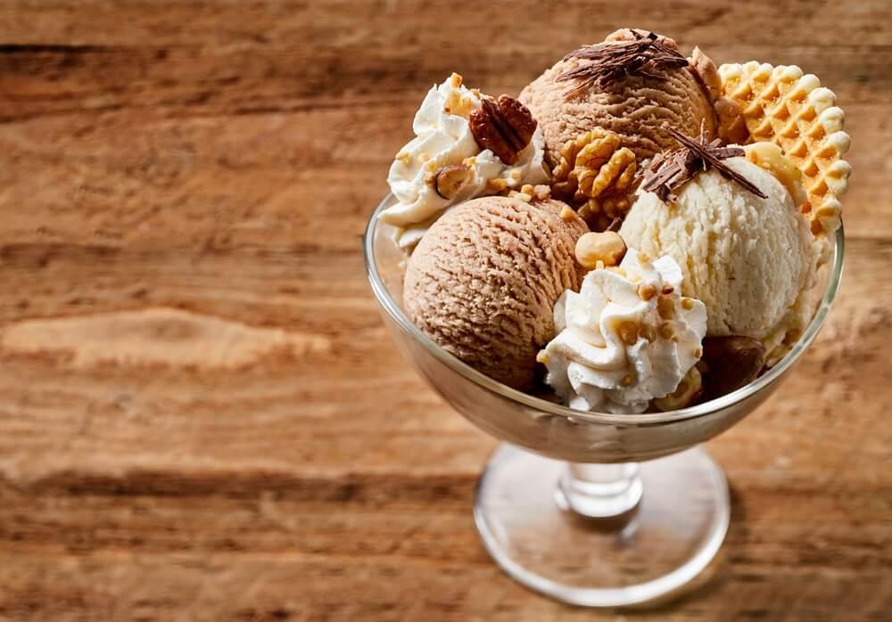 Copa helada de chocolate, canela y nueces